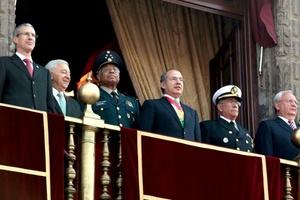 Desde el balcón central de Palacio Nacional, el presidente Felipe Calderón e invitados especiales pudieron apreciar cada uno de los pasajes de la lucha armada representada por militares, quienes disfrazados de los héroes revolucionarios, confederados y adelitas, llenaron de color la Plaza de la Constitución.