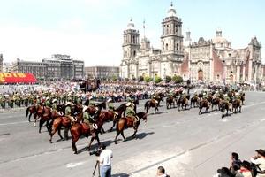 Con la detonación de cañones inició la representación y el desfile militar-deportivo del 101 Aniversario de la Revolución Mexicana, en la que participaron siete mil 180 efectivos, 765 caballos y 56 atletas que por más de una hora rememoraron ese hecho histórico.