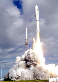 Un cohete Atlas V erguido en la plataforma 41 de la Base de la Fuerza Aérea de Cabo Cañaveral, en Florida (EU), encendió sus poderosos motores, atravesó el manto de nubes y propulsó a la cápsula en cuyo seno viaja Curiosity a más de 24,000 kilómetros por hora.
