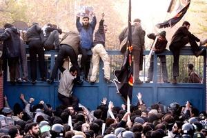 Los manifestantes treparon por las puertas e ingresaron, de acuerdo con la agencia iraní de noticias Mehr.