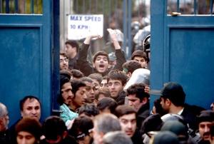 Decenas de manifestantes se separaron de una protesta de cientos de personas frente a la representación diplomática británica en el centro de Teherán.