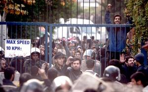 Los manifestantes, estudiantes de diferentes universidades, lanzaron piedras y bombas molotov, quemaron y sustrajeron documentos y reemplazaron la bandera de Reino Unido por la de Irán, según imágenes de la televisión estatal de Irán.