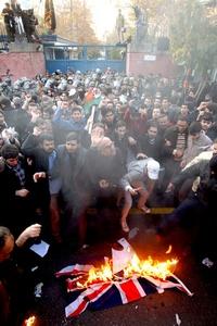Los manifestantes irrumpieron en la Embajada en protesta por las sanciones impuestas por Londres a Irán por su programa nuclear.