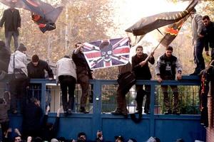 Decenas de estudiantes iraníes irrumpieron en la embajada británica en Teherán, donde rompieron ventanas y quemaron las banderas de Reino Unido e Israel.