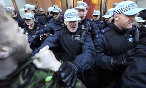 Voluntarios civiles están reemplazando a los 18 mil oficiales de migración que se unieron al paro, las protestas coinciden con el anuncio del ministro George Osborne, quien dio a conocer un recorte de 700 mil empleos en el sector público, además de que los salarios se congelarán hasta el año 2013.