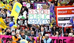 Se estima que 7 de cada 10 escuelas públicas en Inglaterra permanecen cerradas, mientras que 40 mil citas en hospitales tuvieron que ser reprogramadas.