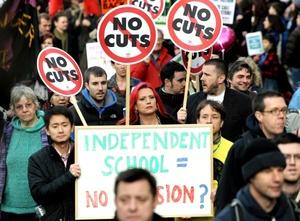 El paro fue convocado por los sindicatos en protesta por la decisión del gobierno de aumentar la edad de retiro a 67 años y por recortar las pensiones de los trabajadores del sector público.