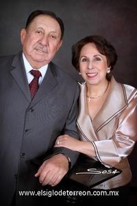 04122011 SR. MARIO   Lozoya Sotomayor y Sra. Victorina Díaz Velez González, celebraron el viernes dos de diciembre de 2011, 50 años de feliz matrimonio, acompañados por sus familiares quienes los felicitaron por tan grato suceso.- Studio Sosa