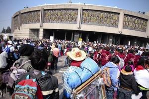 En la mañana miles de personas se encontraban en el atrio o los alrededores del centro religioso a la espera de entrar al santuario de la patrona de México y de América Latina.