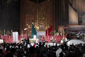 A las 00:00 horas, el pueblo de México, podrá observar a través de los medios de comunicación, el momento en que se cantarán Las Mañanitas a la Virgen Morena.