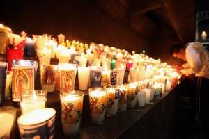 Cientos de veladoras iluminaron los alrededores de la Basílica de Guadalupe.