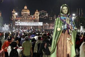 Después el venerable cabildo, los padres capellanes, los empleados, agentes de pastoral y cerca de 400 personas cantaron Las Mañanitas previas a la Virgen, como un homenaje a la patrona del templo que les toca custodiar.