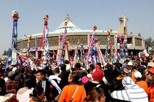 Con rezos, poemas, música, cantos, bailables, todos con fervor y entrega total de un pueblo guadalupano, los católicos festejan a la madre de Dios en la Basílica.