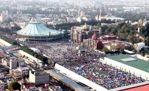 Desde el día anterior, miles de peregrinos comenzaron a llegar y acamparon a las afueras de la Basílica para entonar 'las mañanitas' a la Virgen de Guadalupe.