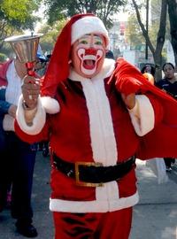 Algunos payasos acudieron muy navideños.