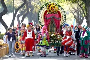 El Grupo Metropolitano de Payasos A. C. (Grumepac) realizó su vigésima peregrinación a la Basílica de Guadalupe, donde agradeció a la Virgen Morena los favores concedidos durante 2011, además de festejarla por un aniversario más de su aparición en el cerro del Tepeyac.