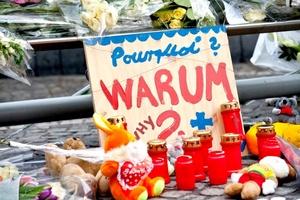 El ataque provocó una estampida de cientos de personas que hacían sus compras, las cuales se desperdigaron por las antiguas calles de la ciudad.