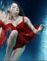 En Underwater, combina la bella de sus musas con la naturaleza y al agua.