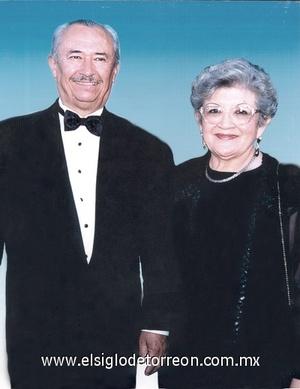 17122011 ELISEO JESúS  González García y María Elena Cháirez de González, celebraron 50 años de casados, por lo cual recibieron numerosas felicitaciones de sus familiares y amigos.