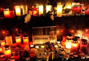 Muestras de afecto se sucedieron en la capital, donde millares de personas depositaron velas y otros recordatorios junto a la estatua ecuestre del patrón, San Wenceslao, en cuyo pedestal colgaban fotos de Havel.