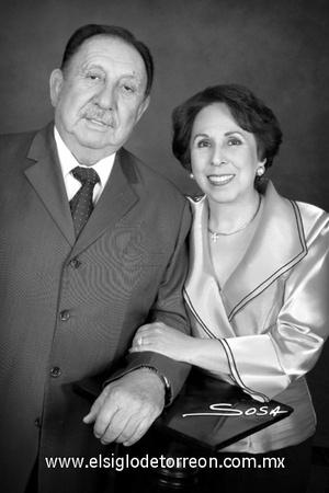 18122011 SR.  Mario Lozoya y Sra. Victorina Díaz-Vélez de Lozoya, en una foto de estudio con motivo de sus Bodas de Oro.- Studio Sosa