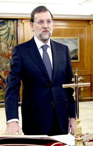 Rajoy juró el cumplimiento fiel de la Constitución española junto a un crucifijo.