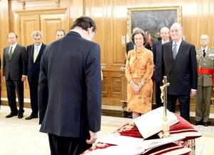 El líder del conservador Partido Popular (PP), Mariano Rajoy, se convirtió en el sexto presidente del gobierno de la democracia española, al ser elegido pormayoría absoluta.