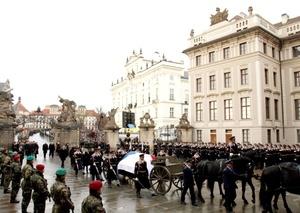 Miles de personas esperaron pacientemente por horas cuando los restos de Havel quedaron expuestos al público a fin de rendirle homenaje al ex líder que falleció, a la edad de 75 años.
