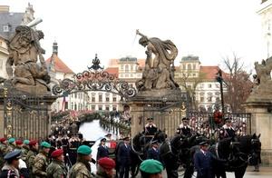 El féretro que contenía los restos de Havel fue transportado desde Encrucijada Praga, una iglesia convertida por Havel en un centro cultural, hasta el Castillo Praga, el lugar de la presidencia donde quedará expuesto al público hasta el viernes cuando se realiza el funeral de estado.