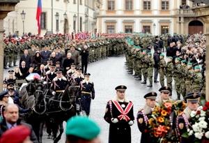 El carruaje tirado por caballos transporta el ataúd con los restos mortales del expresidente checo Václav Havel hasta el Castillo de Hradcany.