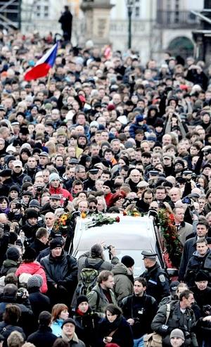 Cerca de 20,000 personas acompañaron el cortejo fúnebre desde la Encrucijada de Praga, por el puente de Carlos y los aledaños del Castillo, en un clima de emoción contenida, y en el que se sucedían aplausos espontáneos.