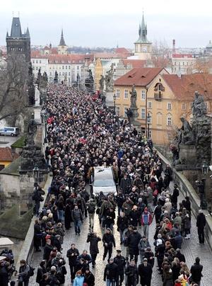 Miles de personas acompañaron a la esposa de Vaclav Havel, Dagmar, a miembros de su familia y amigos en una procesión para rendir homenaje al finado presidente checo.