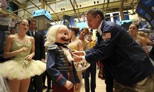 Bailarines a la llegada de la acreditación durante su visita a la sede de la Bolsa de Nueva York.