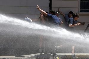 Manifestantes fueron dispersados con agua.