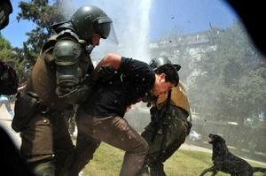 La policía disolvió la marcha no anunciada de estudiantes que se concentraron en el centro de la capital chilena sin previo aviso.