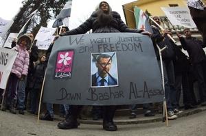 Inmigrantes se manifiestan en contra de el régimen sirio, en Serbia.