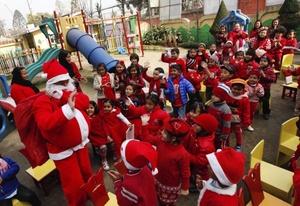 Un grupo de niños disfrutan de su función de Navidad en una guardería en Katmandú, Nepal.