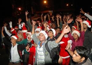 Cristianos paquistaníes asistieron a un desfile vestidos de Santa Claus para celebrar el cumpleaños de Jesucristo, en Karachi, Pakistán.