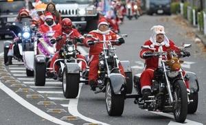 Residentes vestidos como Santa Claus participan en un acto destinado a la prevención de la crueldad hacia los niños en Tokio, Japón.