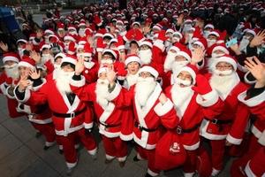 Estudiantes sudcoreanos vestidos como Santa Claus participaron en un evento en el marco de la celebración de Navidad en Seúl, capital de la República de Corea.