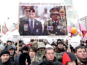 El Partido Rusia Unida de Putin perdió el 25% de sus escaños en los comicios, pero conservó la mayoría en el Parlamento en lo que observadores independientes dijeron fue un fraude generalizado