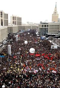 Los participantes en el mítin atestaron una amplia avenida en la que caben casi 100,000 personas a unos 2.5 kilómetros (1.5 millas) del Kremlin, mientras la temperatura descendía por debajo del punto de congelación. Coreaban ¡Rusia sin Putin!