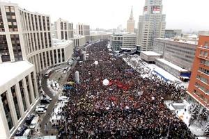Decenas de miles de manifestantes vitorearon a los líderes de la oposición y abuchearon al Kremlin en la mayor protesta en la capital rusa hasta ahora contra un presunto fraude electoral.