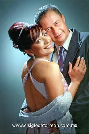 24122011 CLAUDIA  Mena de Lomas y Leopoldo Lomas Martínez celebrarán el día de hoy su segundo aniversario de matrimonio, acompañados de familiares y amigos, quienes los felicitarán por tan grato acontecimiento.