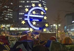 La llamada 'Euro Zona' entró en crisis económica por los problemas de liquidez de los gobiernos de la Comunidad Económica Europea.  http://www.elsiglodetorreon.com.mx/noticia/689189.europa-sacude-al-mundo-financiero.html