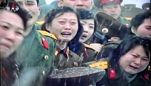 Las dramáticas escenas de dolor muestran lo efectivo que ha sido el gobierno de Corea del Norte en construir un culto a la personalidad alrededor de Kim Jong Il a pesar de la crónica escasez de alimentos y décadas de dificultades económicas.
