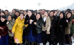 Dolientes con abrigos atestaron las calles de Pyongyang, en las que saludaban, se agitaban y lloraban al paso del convoy con el ataúd.