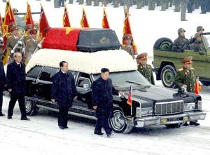 Kim, cubierto por un largo abrigo negro, tenía una actitud sombría mientras caminaba junto a la carroza con el cuerpo de su padre, acompañado por altos funcionarios del partido detrás de él y de las fuerzas armadas al otro lado de la limosina, una alineación que proporcionó un buen vistazo de quiénes estarán en el núcleo de líderes de Corea del Norte.