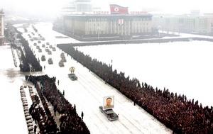 Decenas de miles de norcoreanos llenaron  las aceras de las nevadas calles de Pyongyang, llorando y golpeándose el pecho con las manos, mientras una carroza trasladaba el cuerpo del difunto líder Kim Jong Il por la capital para un último adiós.