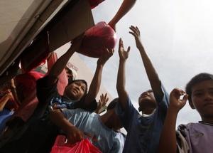 Se distribuyen los víveres donados por la ONU.